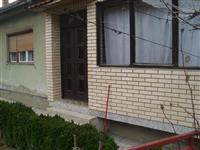 Prodajem kucu u Zvecanu