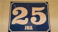 Table sa nazivom i brojem ulice