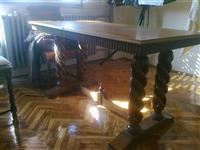 Stilski trepezarijski sto